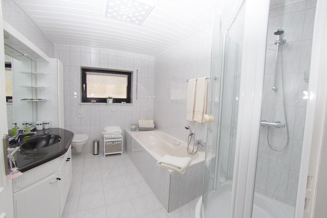Das helle und geräumige Badezimmer lädt zum Entspannen ein.