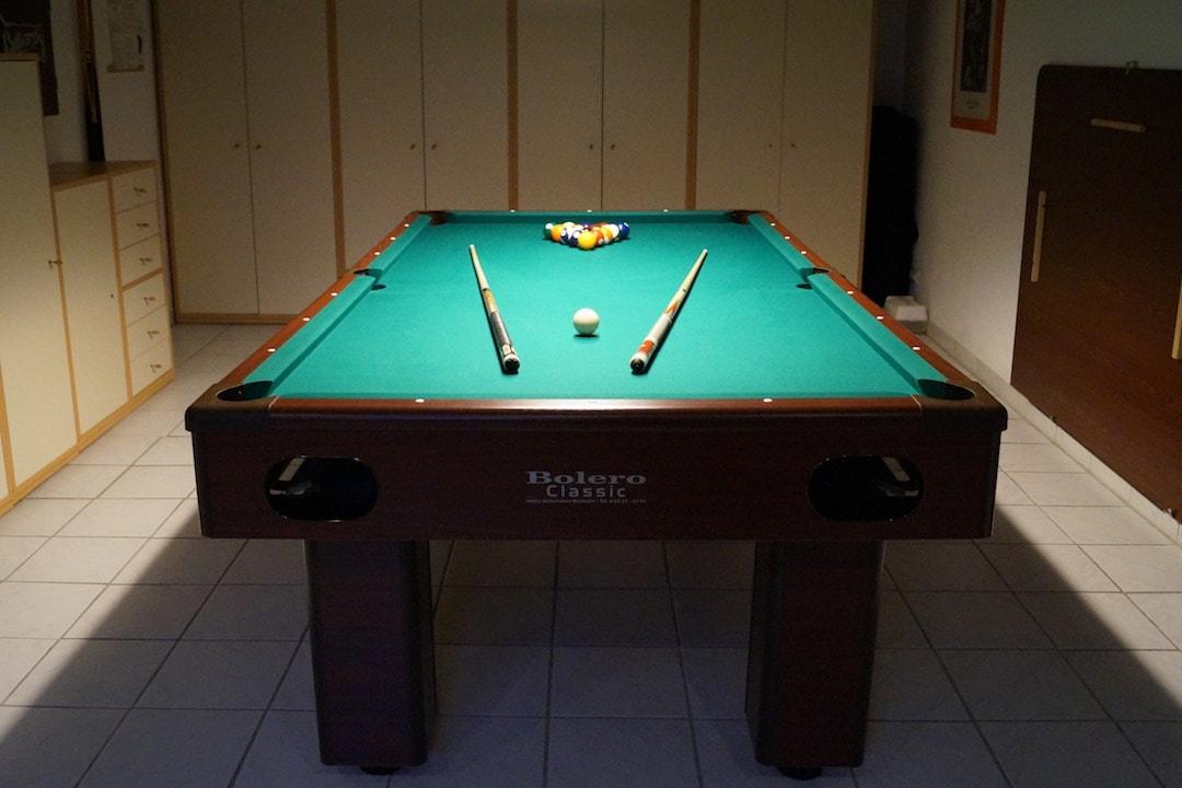 Im Untergeschoss befindet sich der Freizeit- und Fitnessraum. Hier können Sie die Zeit mit Billard, Darts und Tischtennis verbringen.