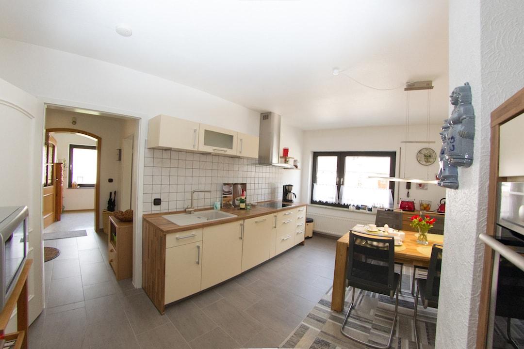 Die geräumige Küche mit Blick auf die Kochzeile und den Flur.