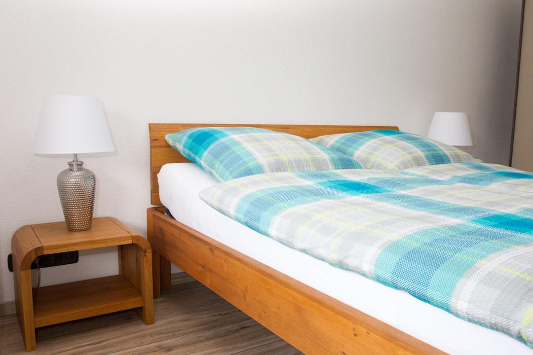 Unsere modernen und massiven Betten sorgen für hohen Schlafkomfort. Bettwäsche ist inklusive.