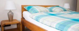 Schlafzimmer mit massiven Betten